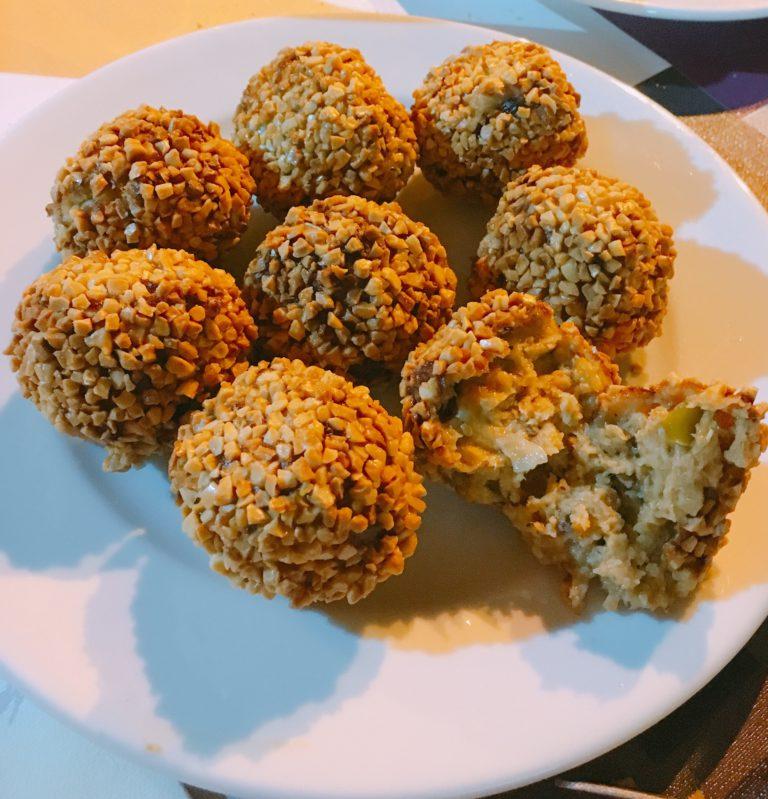 comer croquetas locales sitio ruta integra2 fiesta popular gastronomia